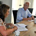 Voorzitter Els van Maurik van Stichting de Iris en bestuurder Paul Willems van Amerpoort ondertekenen de samenwerkingsbijeenkomst.